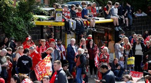אוהדי ליברפול ממתינים לשחקנים ברחובות העיר (רויטרס)