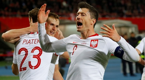 רוברט לבנדובסקי חוגג במדי נבחרת פולין (רויטרס)