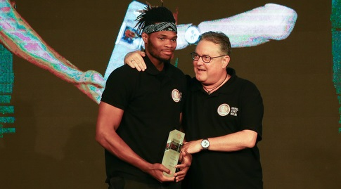 קורי וולדן עם תואר ה-MVP (רדאד ג'בארה)