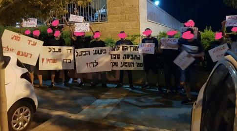 אוהדי הפועל חיפה מחוץ לביתו של אורן שטרלינג (מערכת ONE)