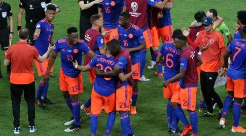 נבחרת קולומביה חוגגת בסיום (רויטרס)