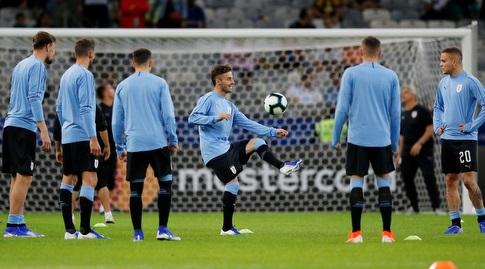 שחקני אורוגוואי בחימום (רויטרס)