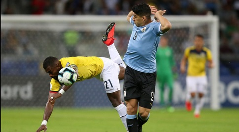 לואיס סוארס מנסה להימנע ממג עם גבריאל אצ'ילר (רויטרס)