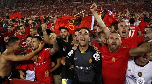 שחקני מיורקה חוגגים עם האוהדים. יעמדו במטרה וישרדו שנה נוספת (La Liga)