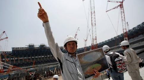 עובדים באצטדיון האולימפי בטוקיו (רויטרס)