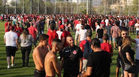 אוהדי הפועל תל אביב באימון הפתיחה (שחר גרוס)