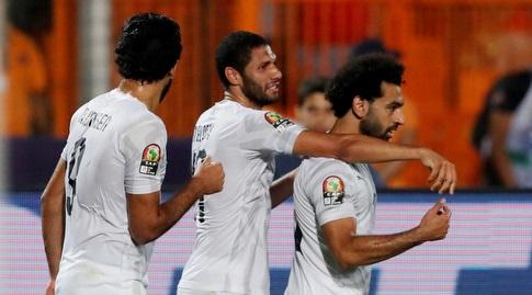 שחקני נבחרת מצרים חוגגים עם מוחמד סלאח (רויטרס)