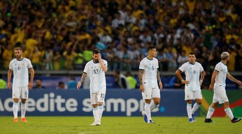 ליאו מסי ושחקני ארגנטינה מאוכזבים (רויטרס)