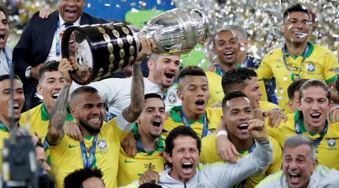 שחקני ברזיל עם הגביע (רויטרס)