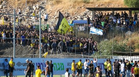 """אוהדי בית""""ר ירושלים פורצים למתחם האימונים (איציק בלניצקי)"""