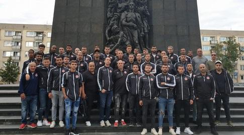 """שחקני הפועל ת""""א באנדרטת השואה בוורשה (מערכת ONE)"""