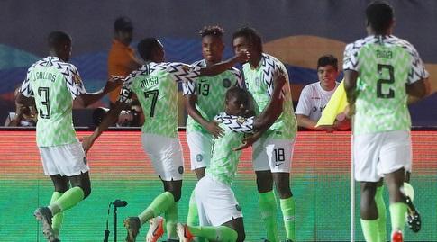 שחקני ניגריה חוגגים (רויטרס)
