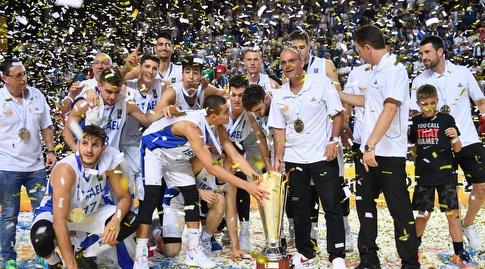 שחקני העתודה מניפים את גביע אירופה (חגי מיכאלי)