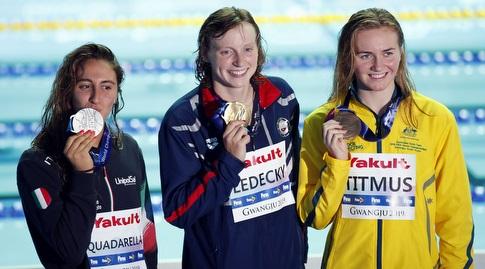 קייטי לדקי עם המדליה (רויטרס)