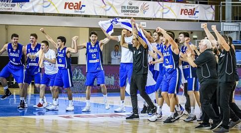 שחקני נבחרת הנוער חוגגים עם אורן אהרוני (FIBA)
