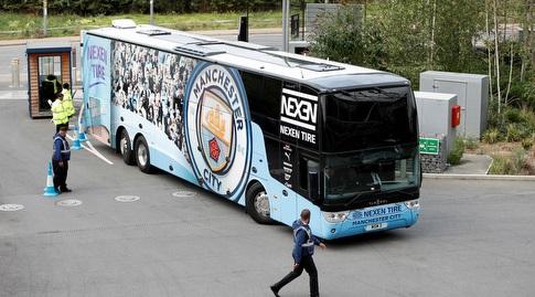 האוטובוס של מנצ'סטר סיטי מגיע לאצטדיון (רויטרס)