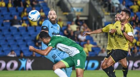 מוחמד עוואד מנסה להציל את הכדור (נעם מורנו)