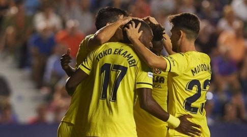 שחקני ויאריאל חוגגים עם קרל טוקו אקמבי (La Liga)