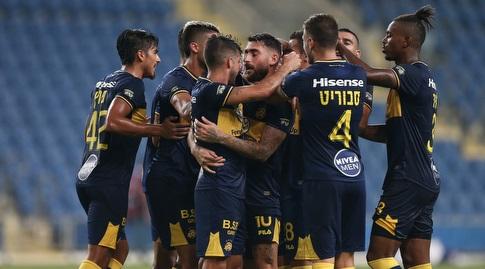 שחקני מכבי תל אביב חוגגים עם אלירן עטר (רדאד ג'בארה)