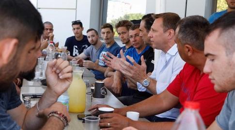 יואל רזבוזוב עם אנשי הספורט (מערכת ONE)