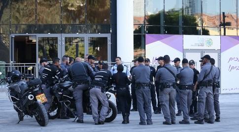המשטרה מחוץ לאצטדיון בלומפילד (רדאד ג'בארה)