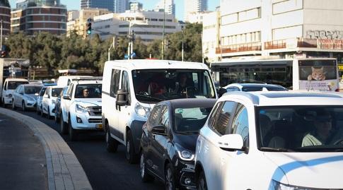 הרכבים שנמצאים בפקק בדרך לבלומפילד (רדאד ג'בארה)