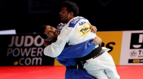 עבדלאל מנסה לזרוק את מוקי (רויטרס)