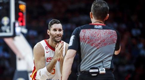 רודי פרננדס והשופט (FIBA)