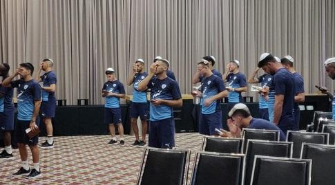 שחקני הנבחרת קוראים שמע ישראל (צילום: Chaymon lang)