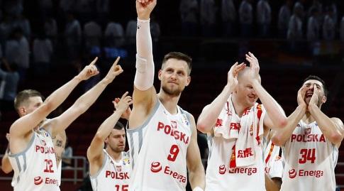 שחקני פולין חוגגים (רויטרס)