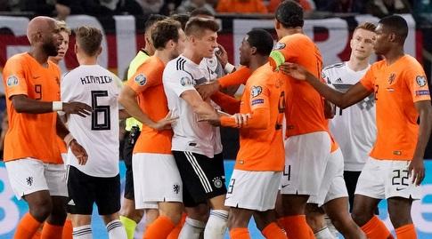 שחקני הולנד וגרמניה מתעמתים (רויטרס)