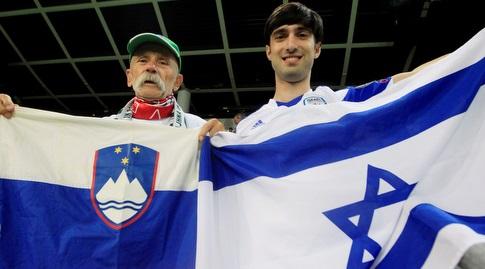 אוהד נבחרת ישראל ואוהד נבחרת סלובניה לפני המשחק (רויטרס)