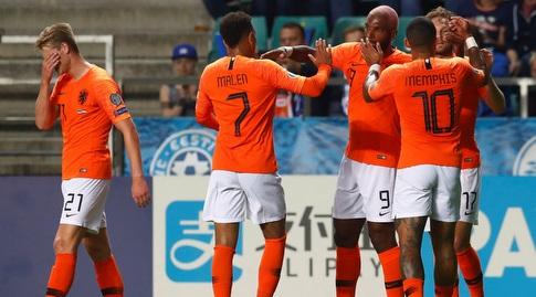 שחקני נבחרת הולנד חוגגים עם ראיין באבל (רויטרס)