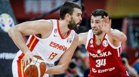 אדם ריצ'ניוק מול מארק גאסול (FIBA)