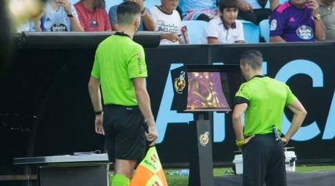 אדוארדו פרייטו בודק במערכת הווידאו (La Liga)