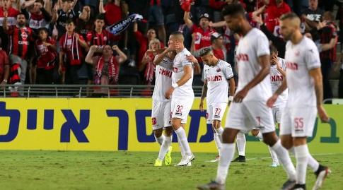 שחקני הפועל חיפה חוגגים עם גידי קאניוק (אורן בן חקון)
