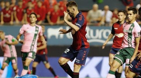 אדריאן מנסה להגיע לכדור (La Liga)