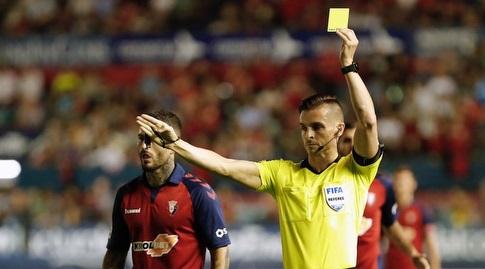 קרלוס דל קרו שולף את הכרטיס הצהוב (La Liga)