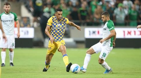 יובל אשכנזי וניק בלקמן במאבק על הכדור (רדאד ג'בארה)