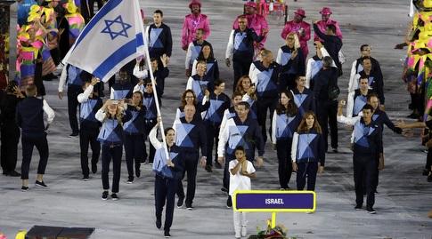 נטע ריבקין עם הדגל בריו. נראה כמו זיכרון רחוק (רויטרס)