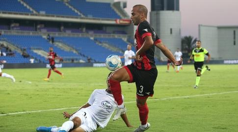 דין אקפי מנסה להשתלט על הכדור (שחר גרוס)
