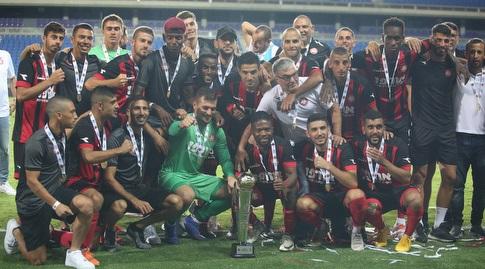 שחקני הפועל רמת גן חוגגים עם גביע הטוטו (שחר גרוס)