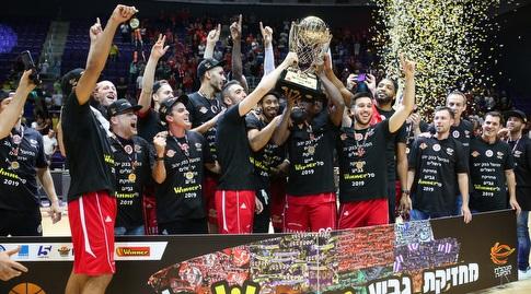 שחקני הפועל ירושלים מניפים את גביע ווינר (איציק בלניצקי)