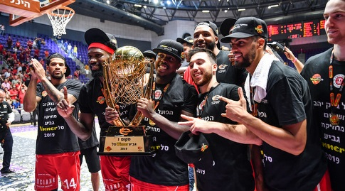 שחקני הפועל ירושלים חוגגים עם גביע ווינר (חגי מיכאלי)