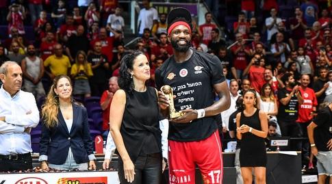 סולימאן בריימו עם תואר ה-MVP (חגי מיכאלי)