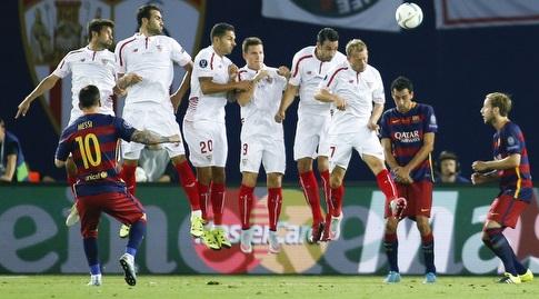 מסי כובש מול סביליה בסופרקאפ האירופי ב-2015 (רויטרס)