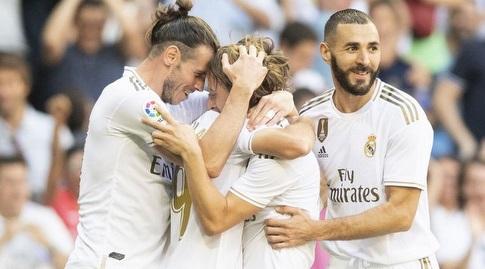 גארת' בייל וקארים בנזמה חוגגים עם לוקה מודריץ' (La Liga)