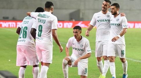 שחקני מכבי חיפה חוגגים עם חזיזה (עמרי שטיין)