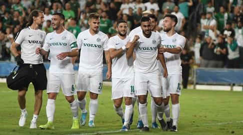 שחקני מכבי חיפה חוגגים עם מוחמד עוואד (עמרי שטיין)