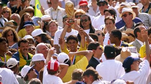 בבטו עם גביע העולם (רויטרס)